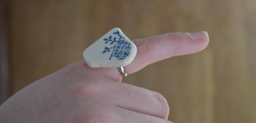 Une petite bague à partir de porcelaine ramassé sur la plage